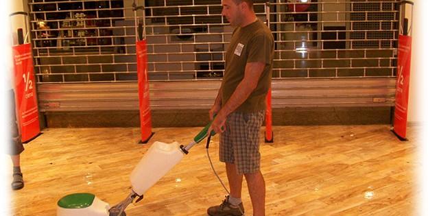 Mytí podlah, voskování Brno