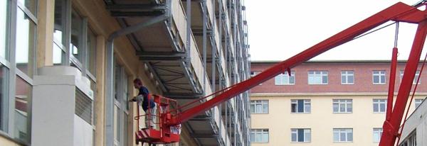 Mytí oken ve výšce z montážní plošiny v Brně