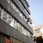 Mytí oken na budovách horolezecky Brno