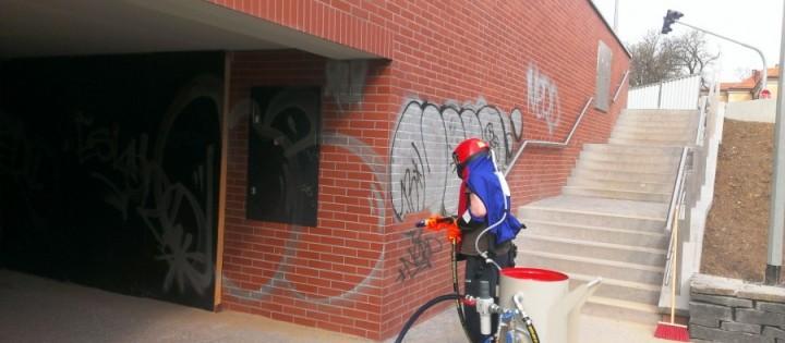 Odstranění graffiti z cihlové zdi Brno
