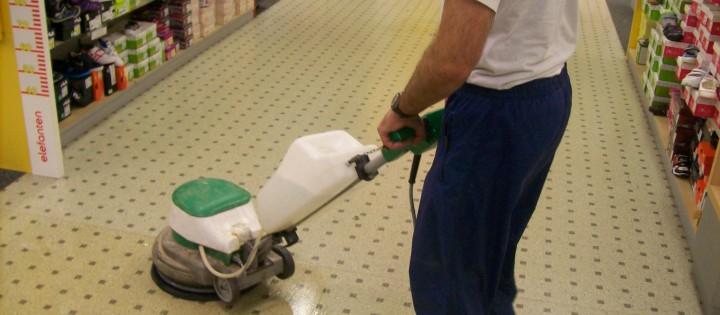 Čištění a voskování podlah na prodejně v Praze