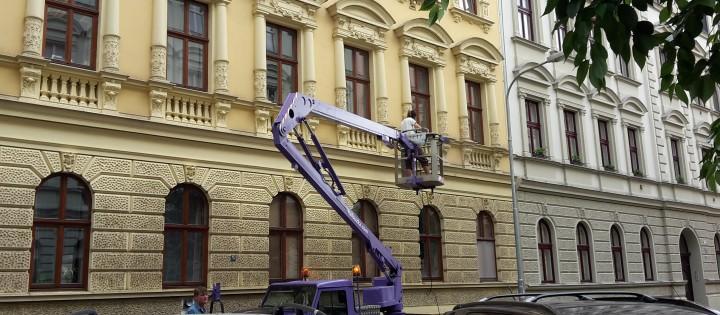 Čištění fasády z montážní plošiny Brno